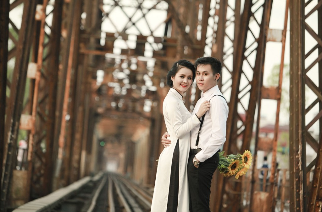 Wedding photograph at Long Bien Bridge, Hanoi