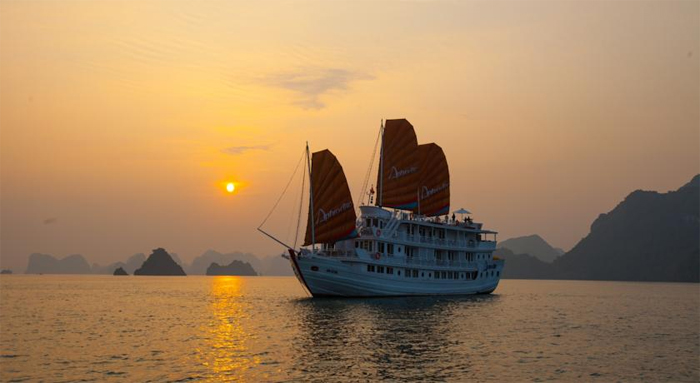 Overnight on luxury cruises in Halong Bay