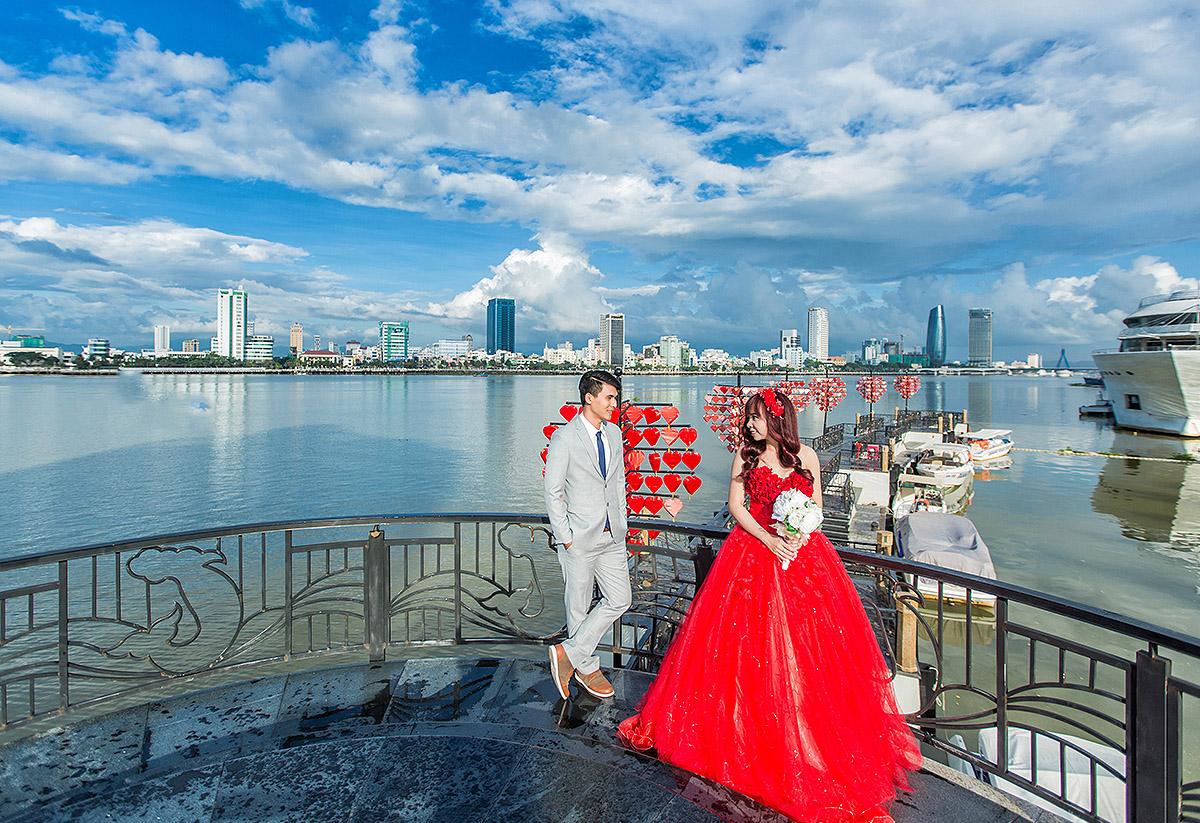 A couple taking pre-wedding photos by Han River